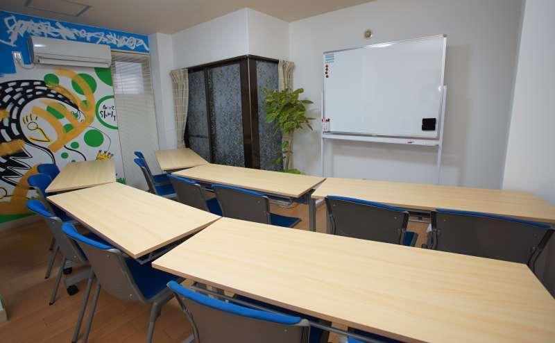 最大12名まで収容可能で机6個・椅子12個用意しています。