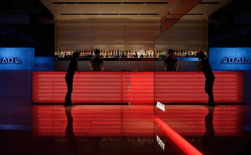 全長6mの高級感のあるバーカウンターは華やかなパーティーに最適です。
