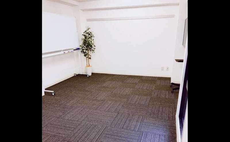 明るく清潔な室内。机を片付けて広々スペースとして