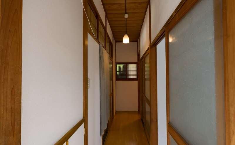 施設内の廊下。左側に和室と洋室、奥がお手洗い、右側に控え室があります。