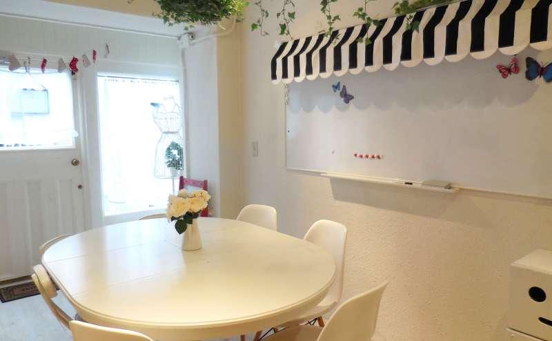 レンタルスペースには白を貴重とした楕円形のテーブルとホワイトボードがあります。