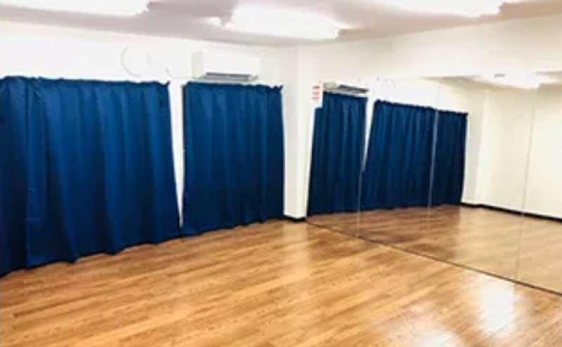 壁面が大型鏡の広々としたダンススタジオ。最大5〜6名様が踊れます。