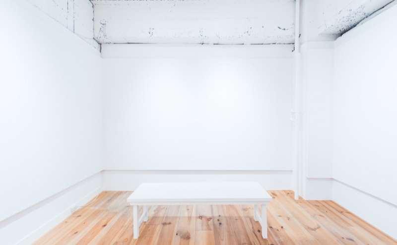 140×42サイズのベンチです。無料設備充実!ビス打ち、押ピン、練りゴムなどが可能です。詳しくはお問い合わせください