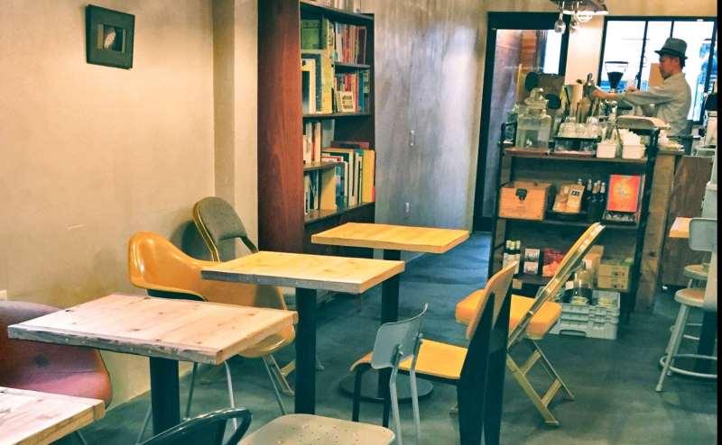 1階カフェの写真です 10名まで使用可能で飲み物の提供も行っています ご入用の際お声かけください