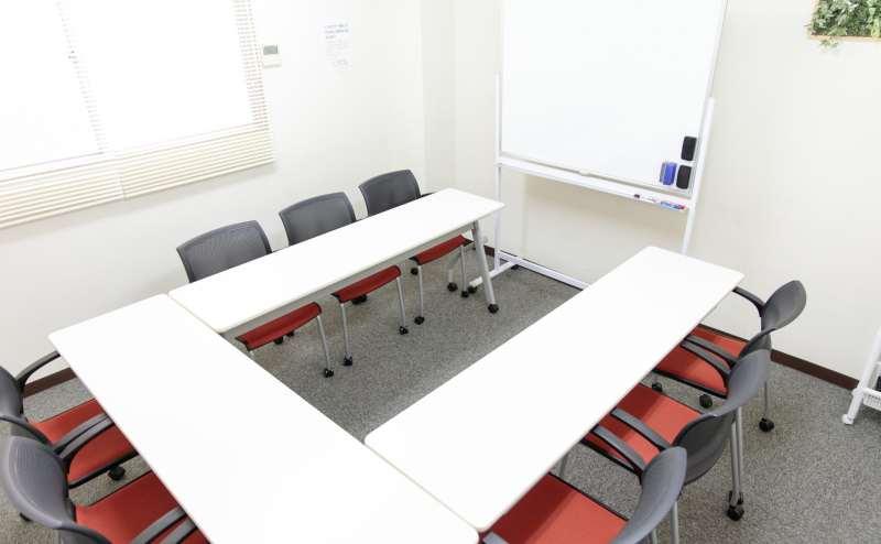 少人数向け貸し会議室「みーてぃんぐすぺーす本町」の定員は9名ですが、5~6名までのご利用に適しています。