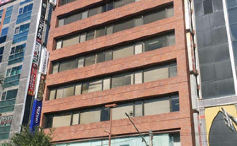 横浜駅西口を出て徒歩3分。1階がみずほ証券のレンガ調のビルの5階です。