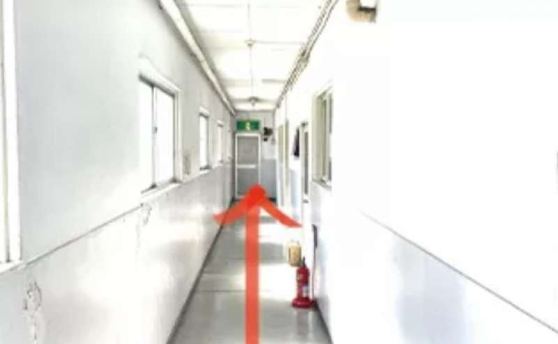 廊下をまっすぐすすんでください