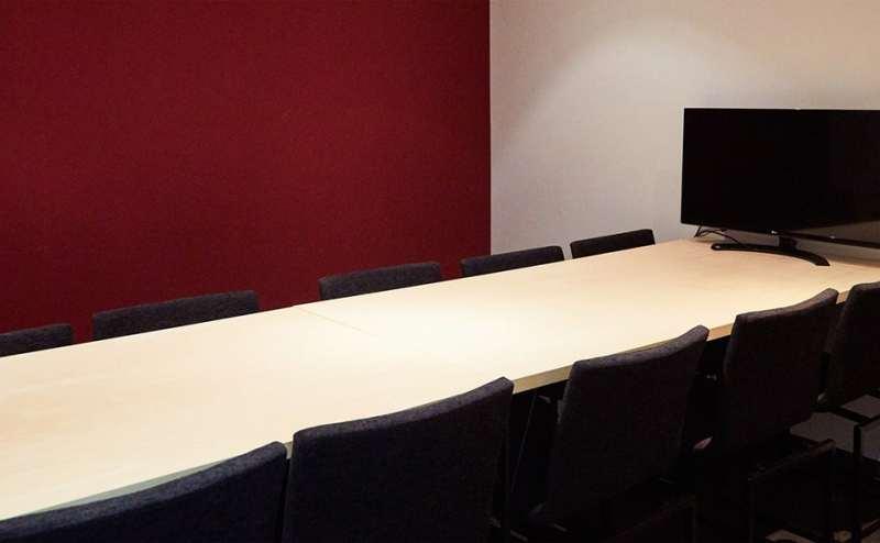 TV会議が出来るようにモニター完備、ホワイトボード機能、電源プラグ、ネット回線、時計、広さ、必要最低限の物、使う人がアレンジしやすいようにしております。