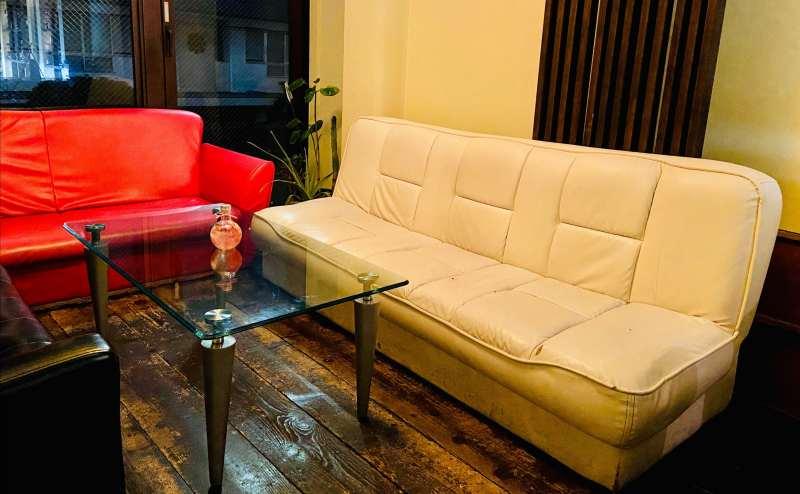 置いてあるソファーの中で最も大きな白。3名様までお座り頂けます