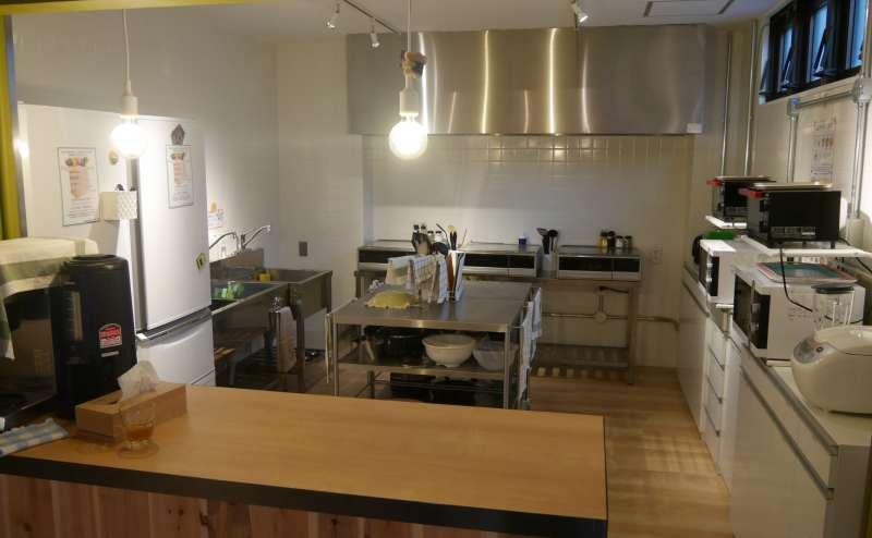 シェアキッチンには、IHコンロ3台、電子レンジ2台、トースター、オーブン、冷蔵庫などの調理家電、フライパン、お鍋、ボウルなどの調理道具、その他食器類や調味料もあります。
