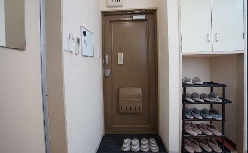 玄関でスリッパに履き替えてください。