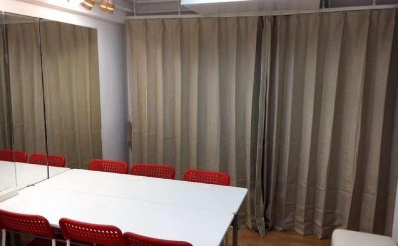 落ち着いた雰囲気のカーテン。24時間ご利用いただけます