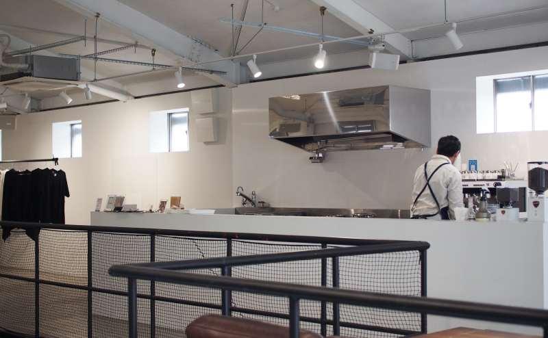 スペース内にキッチンを併設。