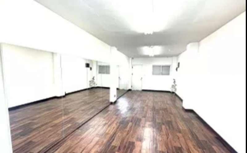 壁面大型鏡を設置しています。窓もあり、明るく開放的なスタジオ