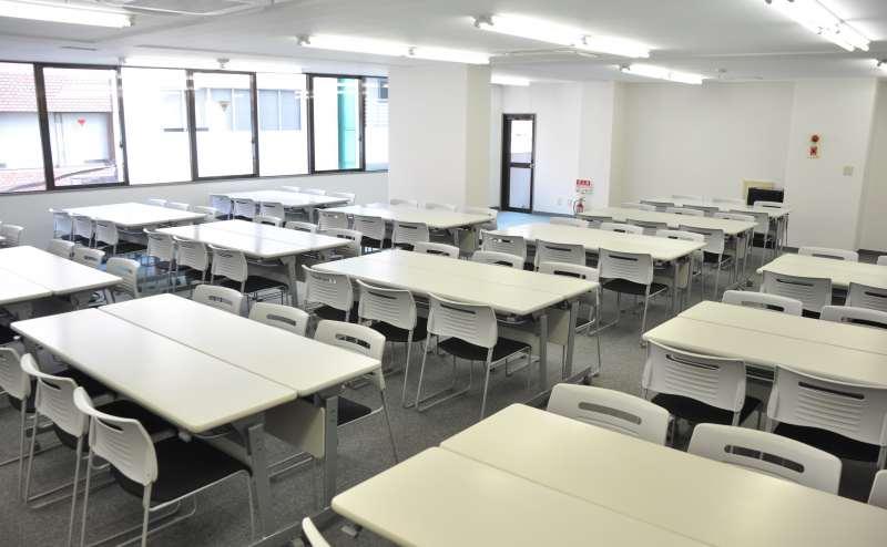 約136㎡の会議室は島型レイアウトで最大83名収容可能!大規模セミナーにも