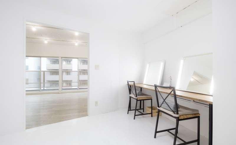 明るいメイクスペースも完備。展示会利用の際は鏡や椅子を撤去する事も可能です。