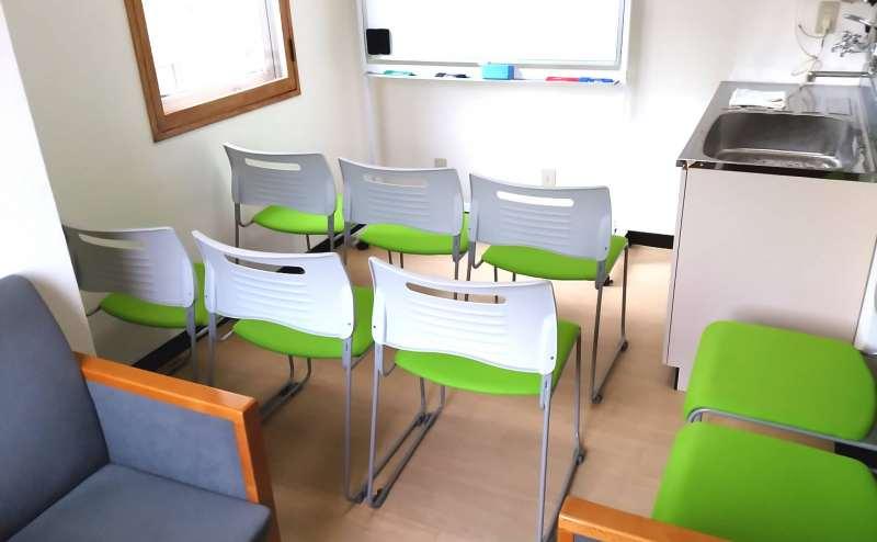 椅子をスクール形式に並べるとたくさんの方にお座りいただけます