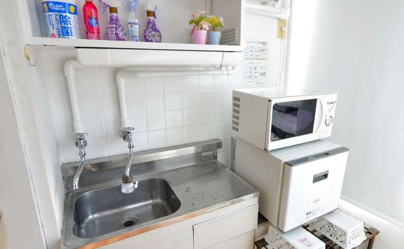 ミニ冷蔵庫と電子レンジ完備。ごゆっくりおくつろぎください
