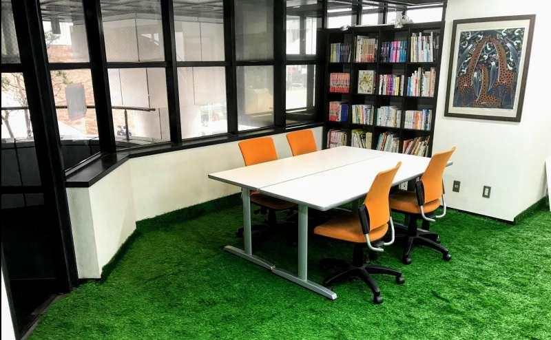 常設の会議テーブルとキャスター付きの椅子はすぐに仕事に取りかかれます。柱下部に電源あり。