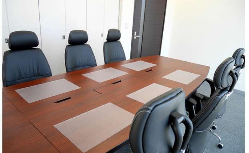 重厚感のある落ち着いた会議室  商談やプレゼンテーションに