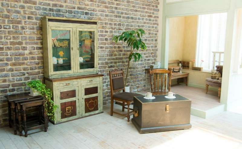 【A-Room】レンガの壁と海外買い付けのアンティーク家具はシックな空間を演出