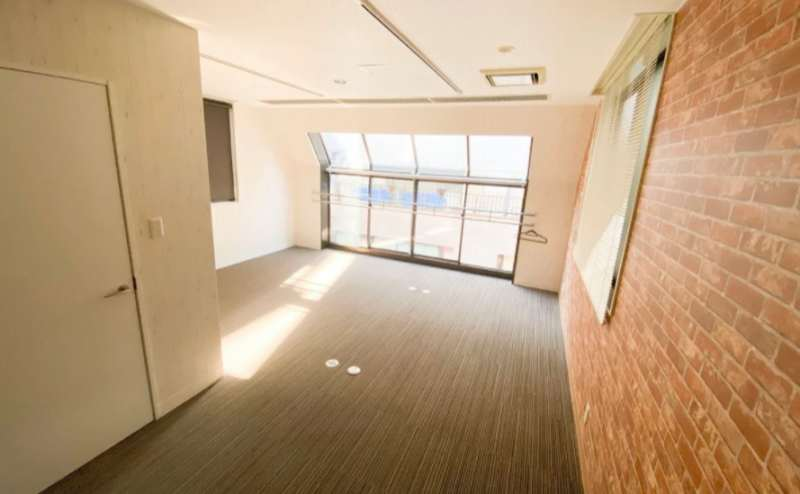 家具のない状態ですとかなり広い室内となっております。ヨガ、ピラティス、ストレッチなどフィットネス利用もできます