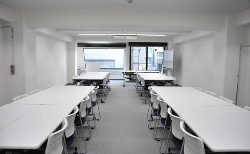 【4階会議室】3つの駅からアクセス便利♪ オシャレな目黒川近くのシンプル&クリーンな貸し会議室