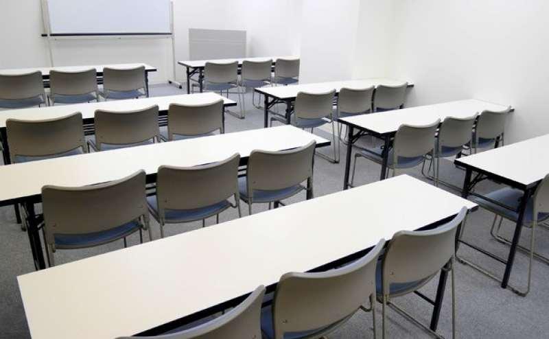 24名収容の広々会議室  ミーティングや打ち合わせにも
