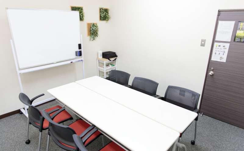 少人数向け貸し会議室「みーてぃんぐすぺーす本町」は、本町駅2号出口から徒歩4分です。