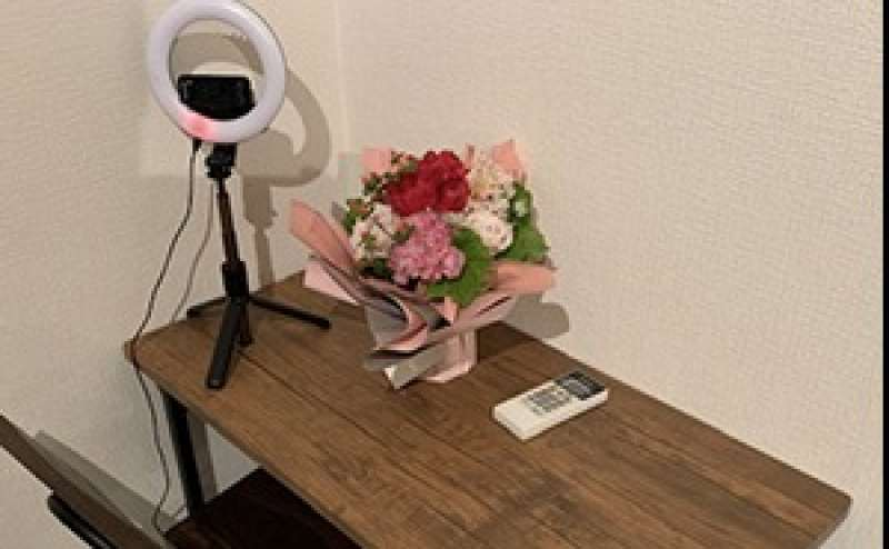 自撮り用リングライトと机、椅子。ご自由にご利用いただけます