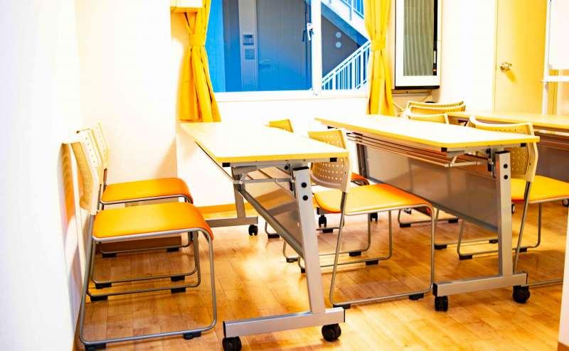 ホワイトボード・テーブル・椅子・無料Wifiを完備しています!