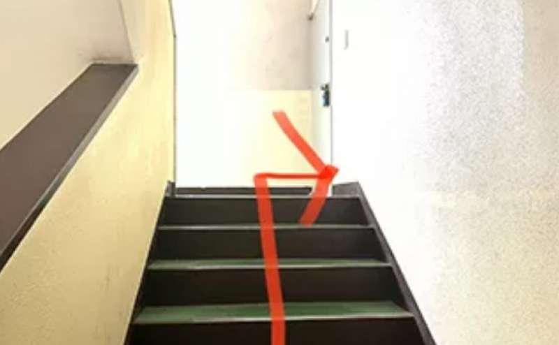 階段を登ったところの右手にドアがございます