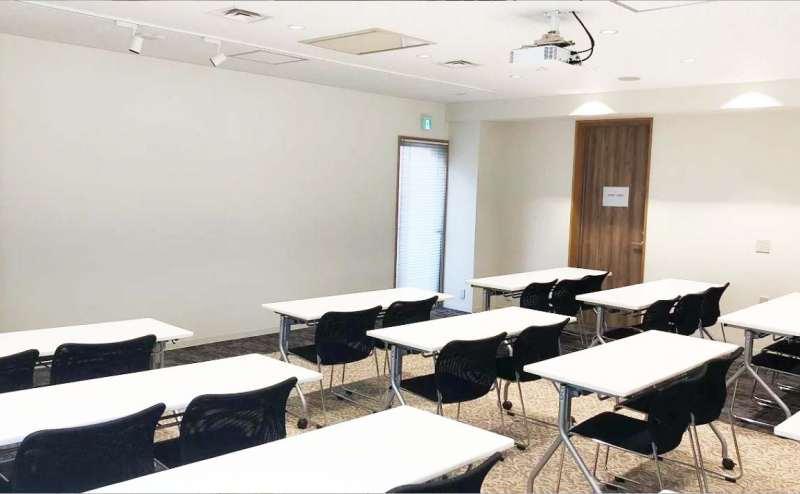 プロジェクター投影可能な壁面にテーブルと椅子をスクール形式で並べたレイアウトです。