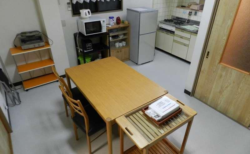 リビングルーム 4~6名向けテーブル・キッチン・冷蔵庫があります