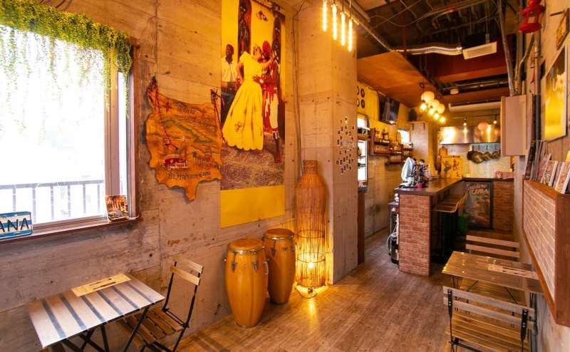 室内には、陽射しも入り開放的なバーカウンターとオープンキッチンがあります。