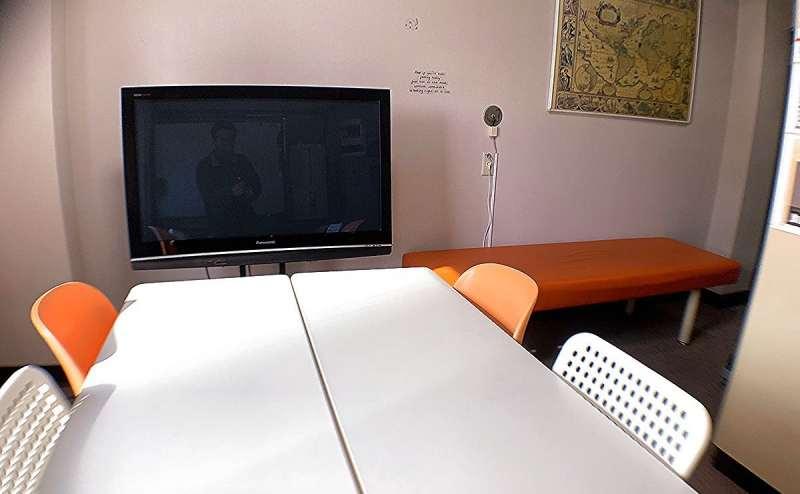 42型テレビを設置。上映会や鑑賞会に