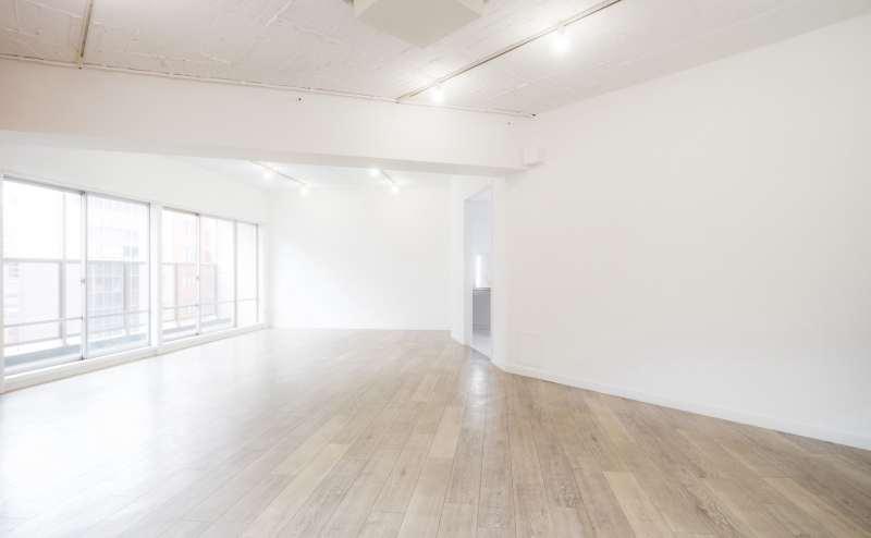 自然光が入る使いやすい白壁とシンプルな木目の床です。
