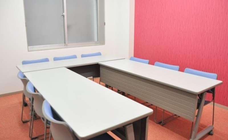 【小会議室C】カラフルでポップ♬明るい格安貸し会議室!駐車場完備で便利  定員9名