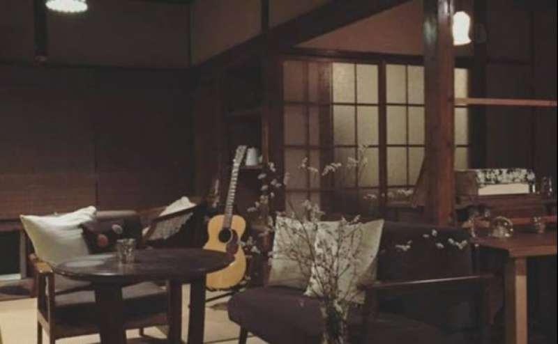 日没後の喫茶店内です