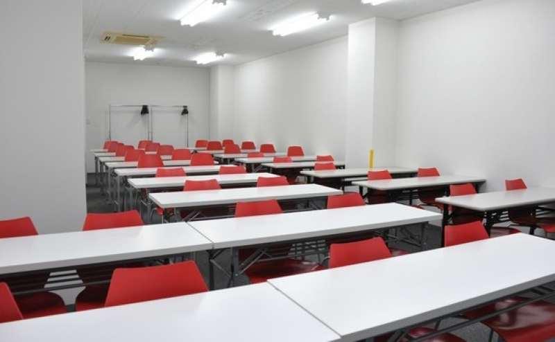 定番の教室型スタイルです 奥行があるのでゆとりがあります