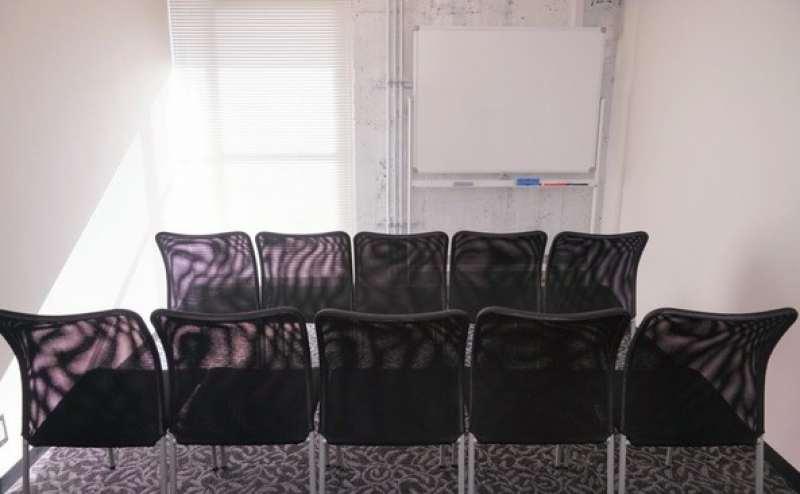 椅子だけ並べると10名余裕で利用可能