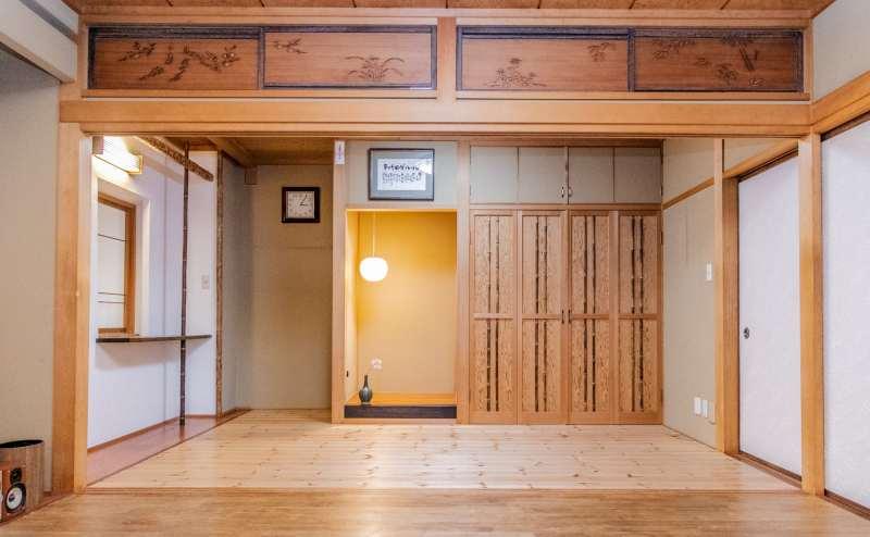 12畳の和風のお部屋で、どこか懐かしさが残る空間。オフ会、ママ会、女子会等、手づくり料理でのパーティーで皆が集えるスペースです。企業研修でもご利用頂けます。