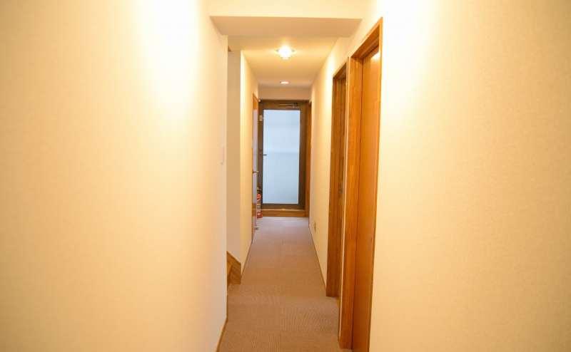 プライバシー重視の小会議室B 施設内階段をご利用ください