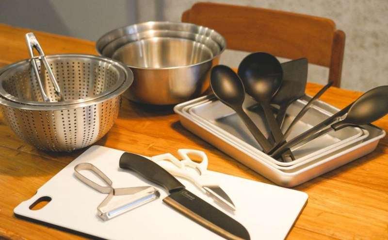 調理器具セット:まな板、包丁、キッチンバサミ、ピューラー、菜箸、お玉、フライ返し、鍋敷、ボール×3、ザル×2、バット×3