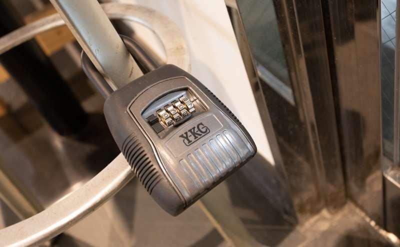 こちらの暗証番号を回して鍵を取り出します