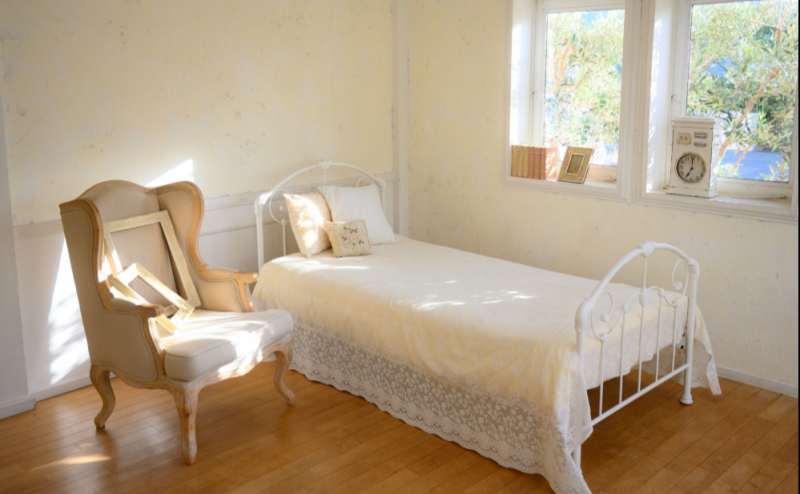 【C-Room】木漏れ日が美しい一角です。ベッドと一人掛けのソファもございます。