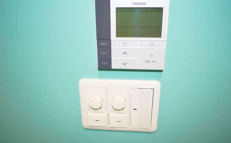 空調と照明のスイッチです。冷暖房もすべて無料でご利用いただけます