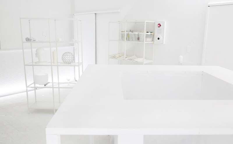 正方形型の特注バーカウンターには中央に人が入れます。