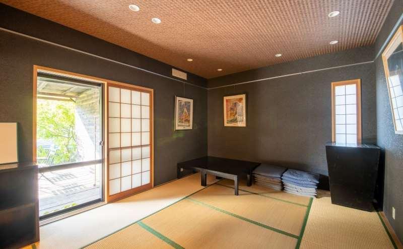 和室10畳は黒い壁と障子で仕切れる間取りでさらに落ち着く雰囲気に。