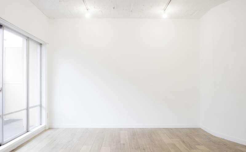使いやすいシンプルな白壁です。